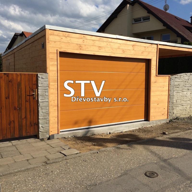 Dřevěná garáž s přístřeškem